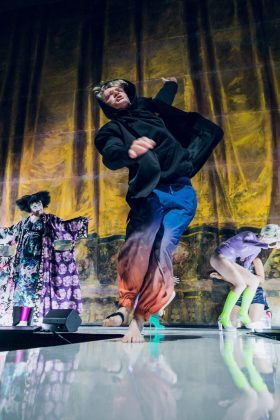 2-Lazarus_Claudia-Sabitzer_Günter-Franzmeier_Evi-Kehrstephancwww.lupispuma.com_Volkstheater-280x420